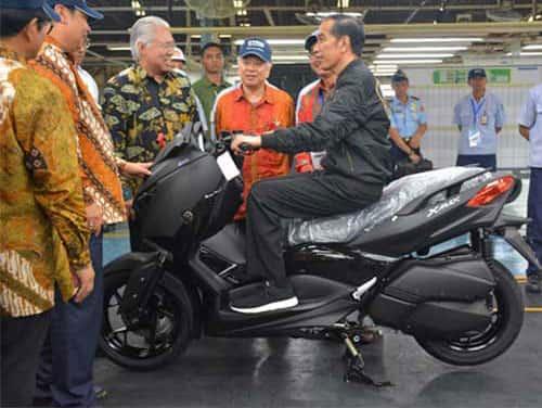 Presiden Jokowi Naik Xmax di Pabrik Yamaha