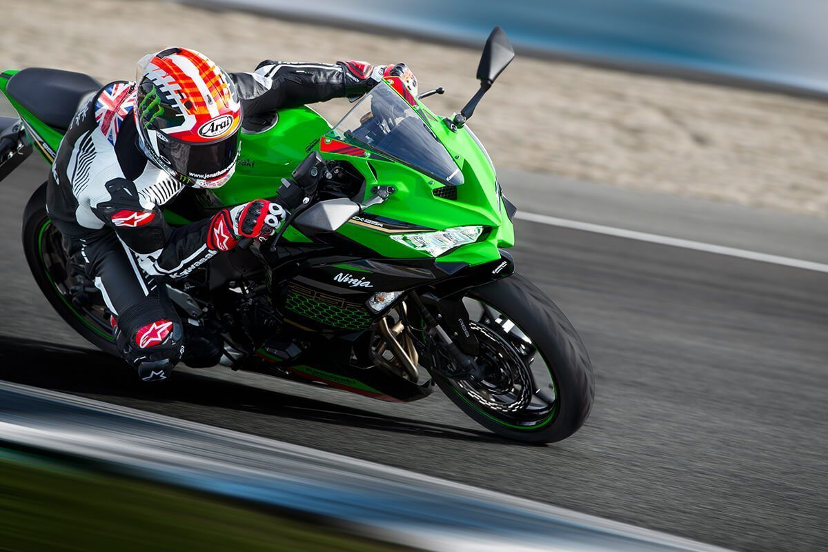 Kawasaki Ninja ZX25R 4 silinder racing on track