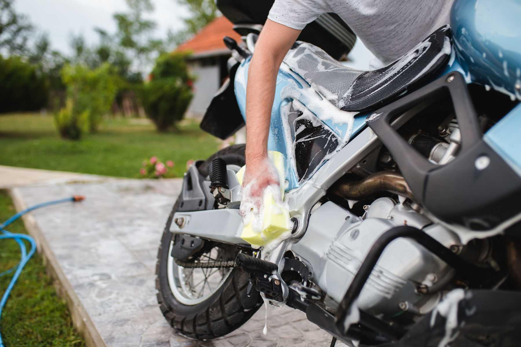 Cara mencuci motor yang benar